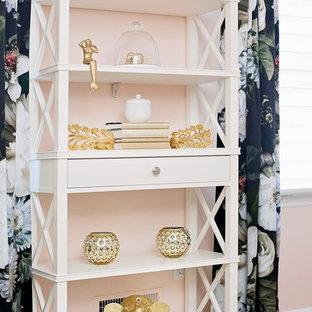 ニューヨークの中くらいのモダンスタイルのおしゃれなホームオフィス・書斎 (ピンクの壁、カーペット敷き、自立型机、暖炉なし) の写真