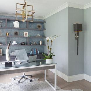 Ispirazione per un ufficio contemporaneo di medie dimensioni con pareti blu, parquet chiaro, nessun camino e scrivania autoportante