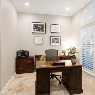 ダラスの中くらいのトランジショナルスタイルのおしゃれな書斎 (グレーの壁、トラバーチンの床、暖炉なし、自立型机、ベージュの床) の写真