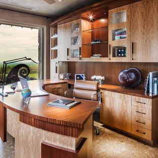 Mediterranes Arbeitszimmer mit Arbeitsplatz, grauer Wandfarbe, Einbau-Schreibtisch und braunem Boden in Los Angeles