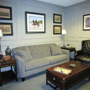 Стильный дизайн: кабинет среднего размера в стиле современная классика с серыми стенами, ковровым покрытием, стандартным камином, фасадом камина из дерева, отдельно стоящим рабочим столом и серым полом - последний тренд