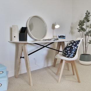 ジーロングの小さい北欧スタイルのおしゃれな書斎 (白い壁、カーペット敷き、暖炉なし、自立型机、ベージュの床) の写真