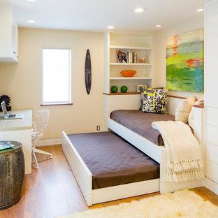 Foto på ett funkis arbetsrum, med beige väggar, mellanmörkt trägolv och ett fristående skrivbord