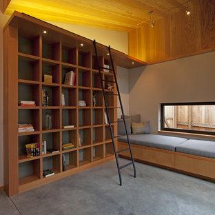 Ejemplo de despacho contemporáneo, grande, con suelo de cemento, paredes grises y suelo gris