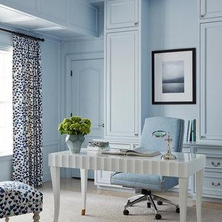 ジャクソンビルのトラディショナルスタイルのおしゃれなホームオフィス・仕事部屋 (青い壁、自立型机) の写真