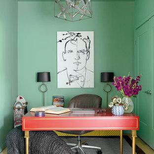 Foto di uno studio boho chic di medie dimensioni con pareti verdi, scrivania autoportante, parquet scuro e nessun camino