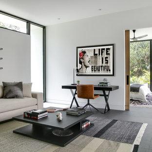 タンパの大きいコンテンポラリースタイルのおしゃれなホームオフィス・仕事部屋 (白い壁、グレーの床、磁器タイルの床、暖炉なし、自立型机) の写真