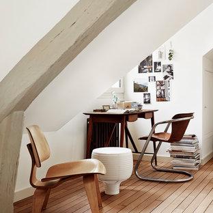 Cette image montre un petit bureau nordique avec un mur blanc, un sol en bois brun, aucune cheminée et un bureau indépendant.
