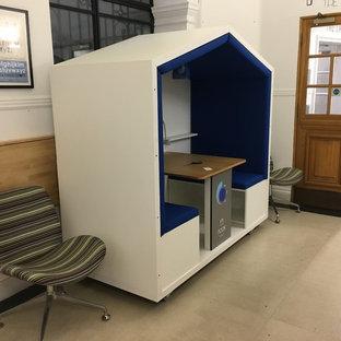 Idéer för ett litet modernt arbetsrum, med ett bibliotek, vita väggar och ett inbyggt skrivbord