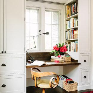 Пример оригинального дизайна: кабинет в стиле кантри с встроенным рабочим столом, белыми стенами и темным паркетным полом