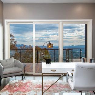 他の地域の大きいミッドセンチュリースタイルのおしゃれなホームオフィス・書斎 (グレーの壁、濃色無垢フローリング、暖炉なし、自立型机、茶色い床) の写真