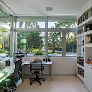 Foto di un piccolo studio design con pareti bianche, pavimento con piastrelle in ceramica e scrivania autoportante