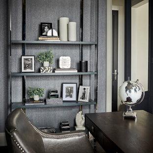 Inredning av ett klassiskt mellanstort arbetsrum, med grå väggar, mörkt trägolv, ett fristående skrivbord och brunt golv
