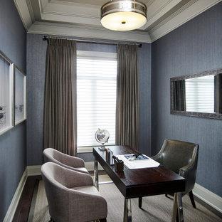 Inspiration för ett mellanstort vintage arbetsrum, med grå väggar, mörkt trägolv, ett fristående skrivbord och brunt golv