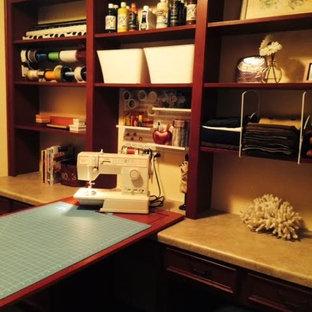 Foto de sala de manualidades de estilo americano, de tamaño medio, sin chimenea, con paredes beige y escritorio empotrado