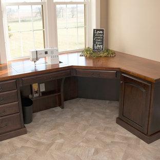 フィラデルフィアの中サイズのトラディショナルスタイルのおしゃれなクラフトルーム (ベージュの壁、ラミネートの床、暖炉なし、造り付け机、ベージュの床) の写真