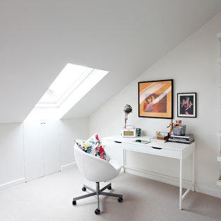 ロンドンの北欧スタイルのおしゃれな書斎 (白い壁、カーペット敷き、自立型机、ベージュの床) の写真