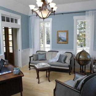 ローリーのトロピカルスタイルのおしゃれなホームオフィス・書斎 (青い壁、淡色無垢フローリング、自立型机) の写真