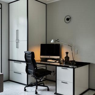 Großes Asiatisches Arbeitszimmer mit Arbeitsplatz, grauer Wandfarbe, braunem Holzboden, Kamin, Kaminsims aus Stein, Einbau-Schreibtisch und braunem Boden in Vancouver