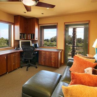 Foto di un ufficio mediterraneo di medie dimensioni con scrivania incassata, pareti gialle, moquette, nessun camino e pavimento marrone