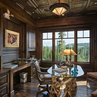 Exemple d'un grand bureau montagne avec un mur marron, un sol en bois foncé, un bureau indépendant et un sol marron.