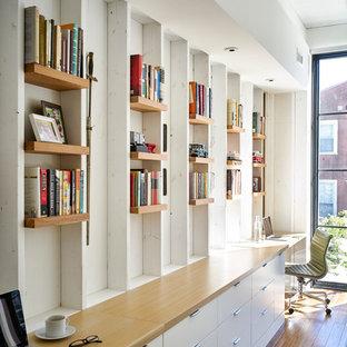 Exemple d'un bureau tendance avec un mur blanc, un sol en bambou, aucune cheminée et un bureau intégré.