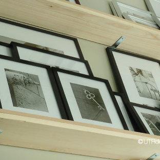Ispirazione per un piccolo atelier industriale con pareti grigie, moquette e scrivania autoportante