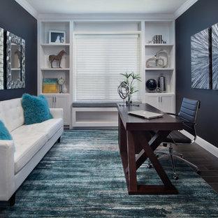 Diseño de despacho clásico renovado, de tamaño medio, con paredes negras, suelo de baldosas de porcelana y escritorio independiente