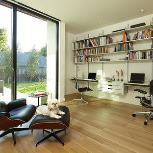 Свежая идея для дизайна: кабинет в современном стиле с белыми стенами, паркетным полом среднего тона и встроенным рабочим столом без камина - отличное фото интерьера