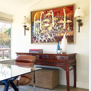 Пример оригинального дизайна: кабинет в стиле ретро с белыми стенами, полом из сланца и отдельно стоящим рабочим столом