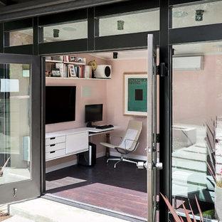 Idéer för ett litet modernt hemmastudio, med rosa väggar, vinylgolv, ett inbyggt skrivbord och brunt golv