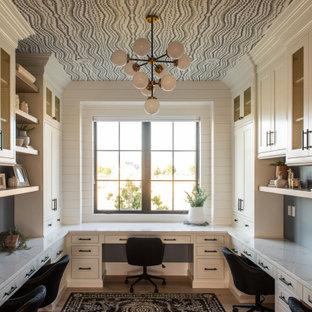 Стильный дизайн: кабинет в стиле неоклассика (современная классика) с белыми стенами, светлым паркетным полом, встроенным рабочим столом, бежевым полом и потолком с обоями - последний тренд