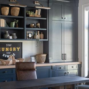 ソルトレイクシティのカントリー風おしゃれなホームオフィス・書斎 (白い壁、無垢フローリング、自立型机、茶色い床) の写真