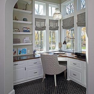 Cette photo montre un bureau chic de taille moyenne avec un mur beige, un sol en carrelage de céramique, aucune cheminée, un bureau intégré et un sol noir.