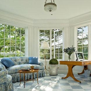 ニューヨークの中サイズのヴィクトリアン調のおしゃれなホームオフィス・書斎 (白い壁、大理石の床、自立型机) の写真