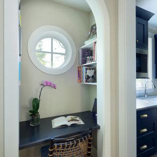 Modelo de despacho tradicional, pequeño, con paredes grises, suelo de ladrillo, escritorio empotrado y suelo rojo
