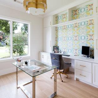 ダラスのトランジショナルスタイルのおしゃれな書斎 (マルチカラーの壁、淡色無垢フローリング、暖炉なし、自立型机、ベージュの床) の写真