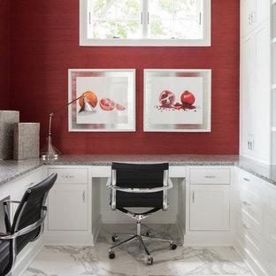 ミネアポリスの中サイズのトランジショナルスタイルのおしゃれな書斎 (赤い壁、大理石の床、造り付け机、グレーの床) の写真