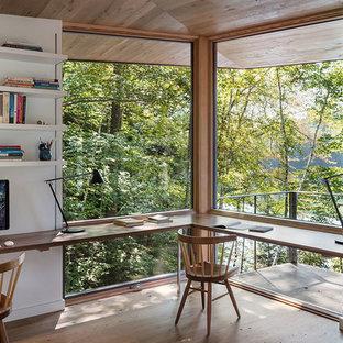 Foto de despacho moderno con paredes blancas, suelo de madera en tonos medios, escritorio empotrado y suelo marrón