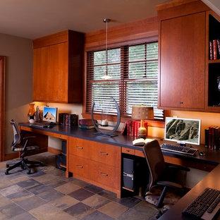 ミネアポリスの大きいトラディショナルスタイルのおしゃれなアトリエ・スタジオ (グレーの壁、スレートの床、暖炉なし、造り付け机) の写真