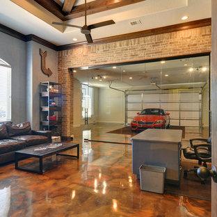 ダラスの広いインダストリアルスタイルのおしゃれな書斎 (グレーの壁、コンクリートの床、暖炉なし、自立型机) の写真