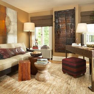 Immagine di uno studio design con pareti beige, pavimento in legno massello medio e scrivania autoportante