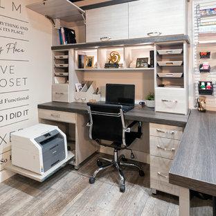 他の地域の中サイズのトランジショナルスタイルのおしゃれな書斎 (ベージュの壁、磁器タイルの床、暖炉なし、造り付け机、茶色い床) の写真