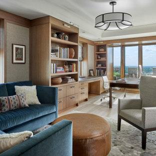 Großes Klassisches Arbeitszimmer mit Arbeitsplatz, beiger Wandfarbe, hellem Holzboden, freistehendem Schreibtisch, braunem Boden, eingelassener Decke und Tapetenwänden in Chicago