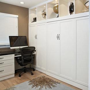 Foto di un ufficio chic di medie dimensioni con pareti marroni, parquet chiaro, nessun camino, scrivania incassata e pavimento marrone