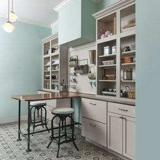 コロンバスの中サイズのトラディショナルスタイルのおしゃれなクラフトルーム (セラミックタイルの床、青い壁、造り付け机) の写真