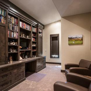 ソルトレイクシティの広いトラディショナルスタイルのおしゃれなホームオフィス・書斎 (ライブラリー、茶色い壁、テラコッタタイルの床、暖炉なし、造り付け机、ベージュの床) の写真