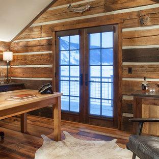 Неиссякаемый источник вдохновения для домашнего уюта: рабочее место в стиле рустика с паркетным полом среднего тона, отдельно стоящим рабочим столом и оранжевым полом
