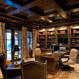 Großes Mediterranes Lesezimmer ohne Kamin mit brauner Wandfarbe, Kalkstein und Einbau-Schreibtisch in Phoenix