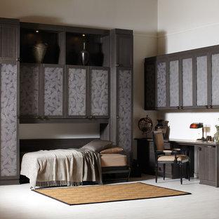 Идея дизайна: большое рабочее место в современном стиле с белыми стенами, полом из винила, встроенным рабочим столом и белым полом без камина